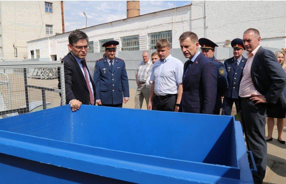 Сенаторы увидели, как делают контейнеры для мусора
