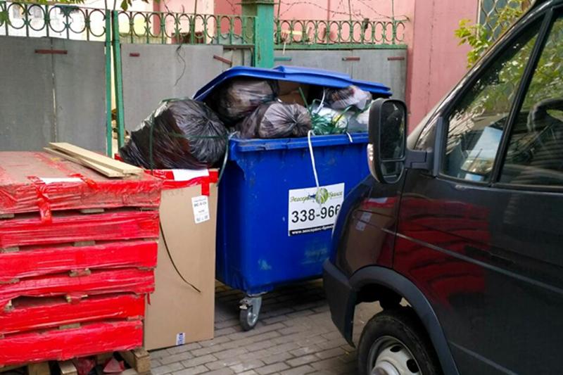 Брянские автохамы не дают вывозить мусор с контейнерных площадок