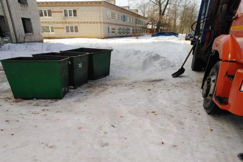 Водители мусоровозов «подрабатывают» дворниками