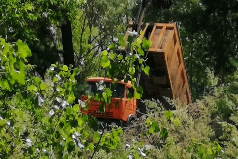 «Серые перевозчики» отходов засоряют мусором песчаные карьеры